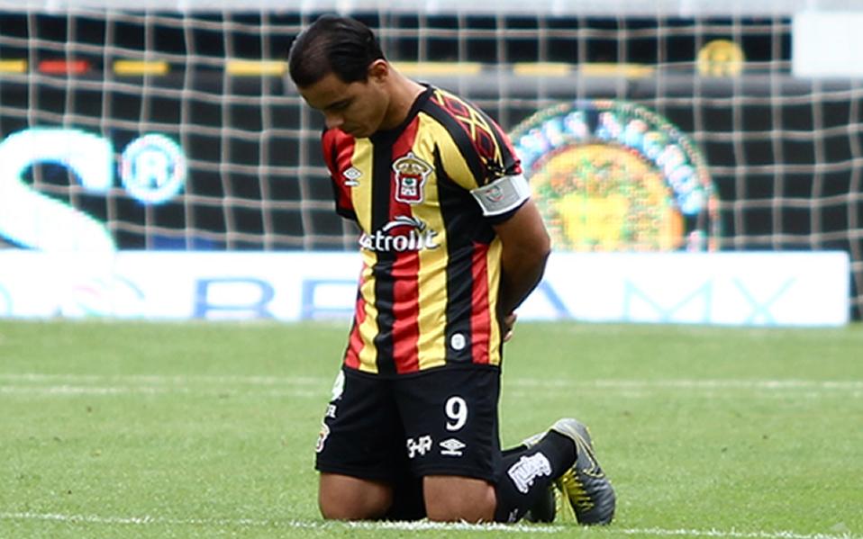 Omar Bravo rinde homenaje a Jorge Vergara en el juego de Leones Negros - Medio Tiempo.com