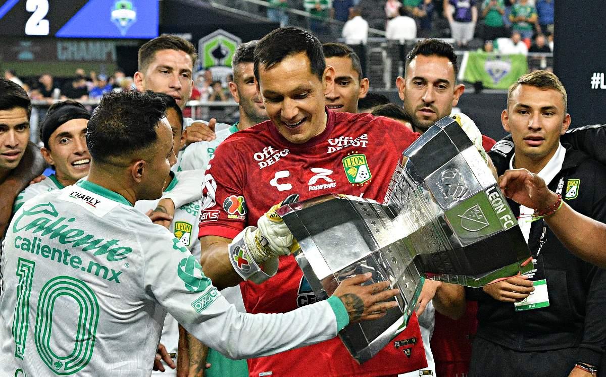 Rodolfo Cota volteó copa de Leagues Cup pensando que ¡estaba al revés!