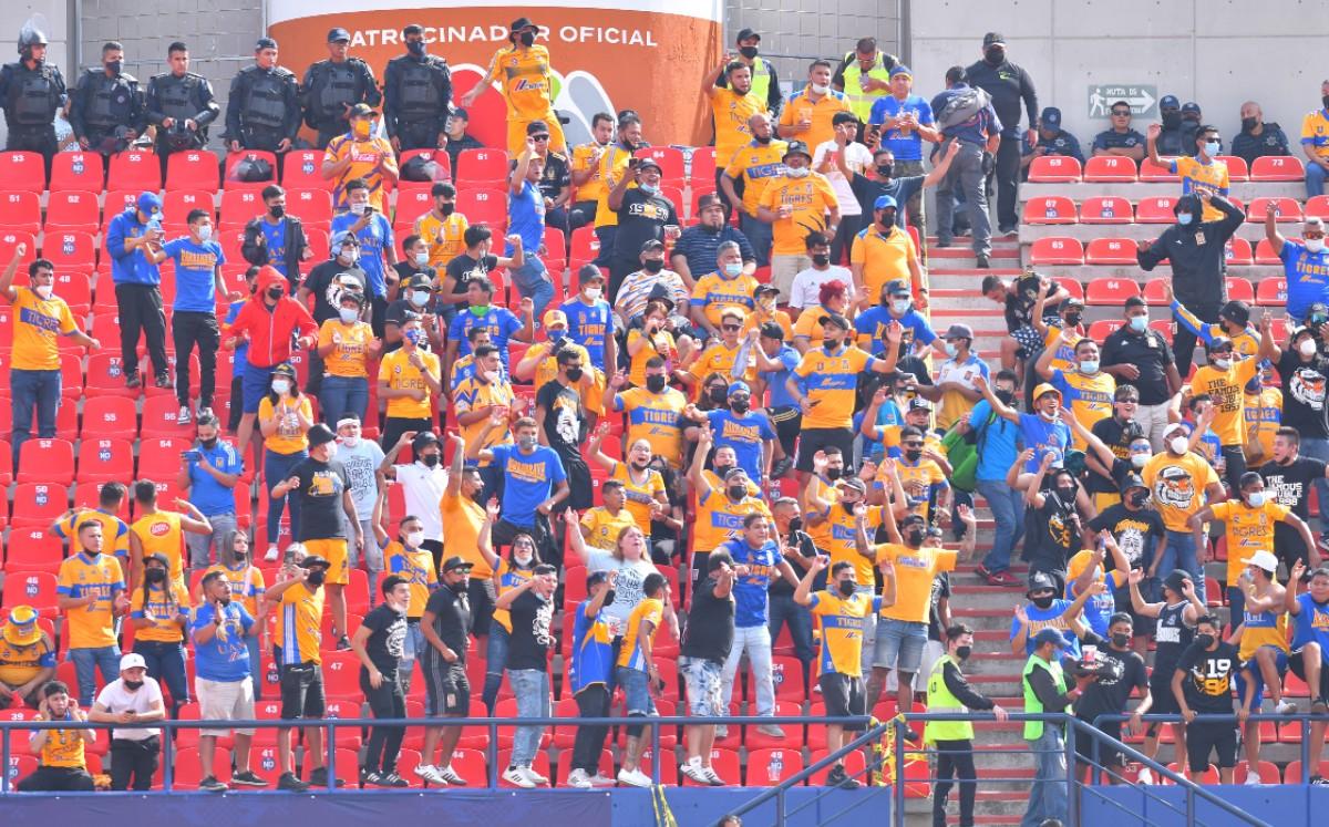 Fans de Tigres y San Luis se enfrentan afuera del estadio Alfonso Lastras (VIDEO)