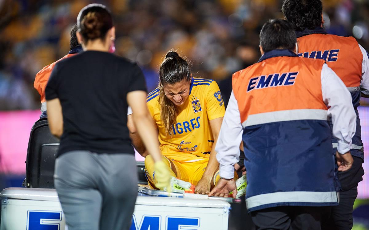 Nayeli Rangel sufre conmoción durante el Clásico Regio; la trasladaron a hospital